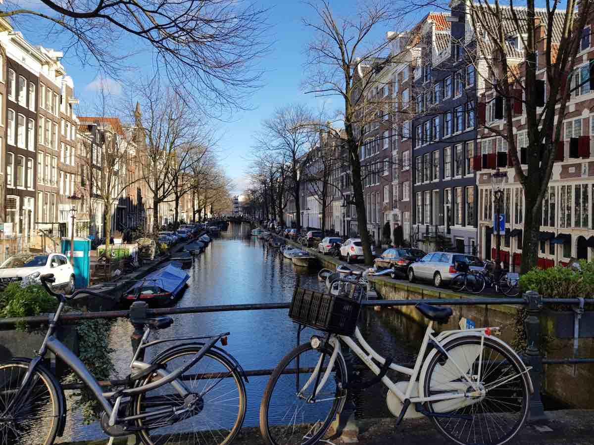 Wie aus dem Bilderbuch: das Amsterdamer Stadtviertel Jordaan – Foto: Lena Ziehres