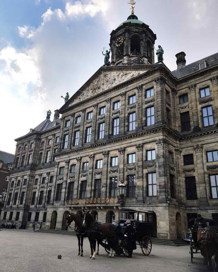 Kutschen vor dem königlichen Palast in Amsterdam – Foto: Lena Ziehres