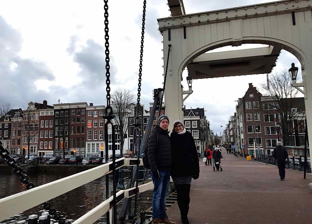 Bloggerin Lena und ihr Freund Sebastian auf der Mageren Brug in Amsterdam