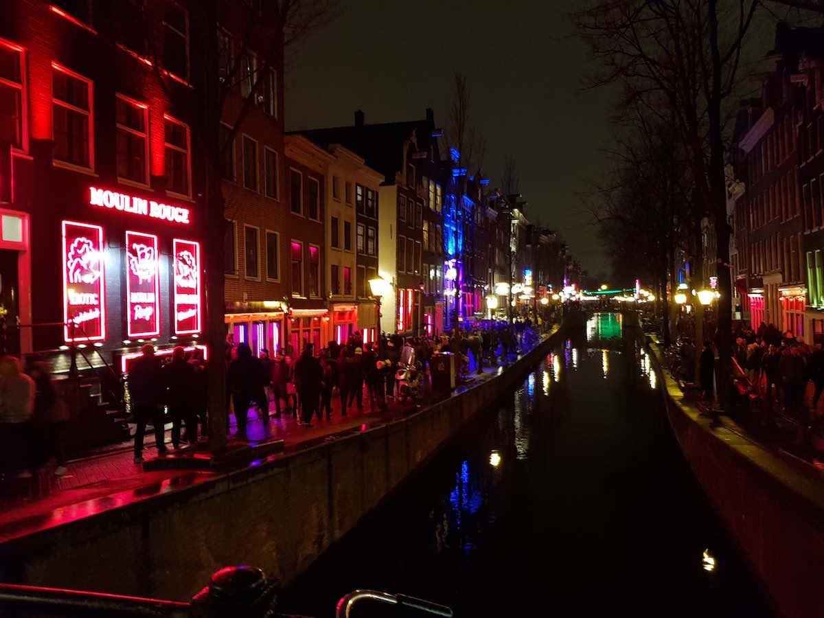 Das Amsterdamer Rotlichtviertel bei Nacht – Foto: Lena Ziehres