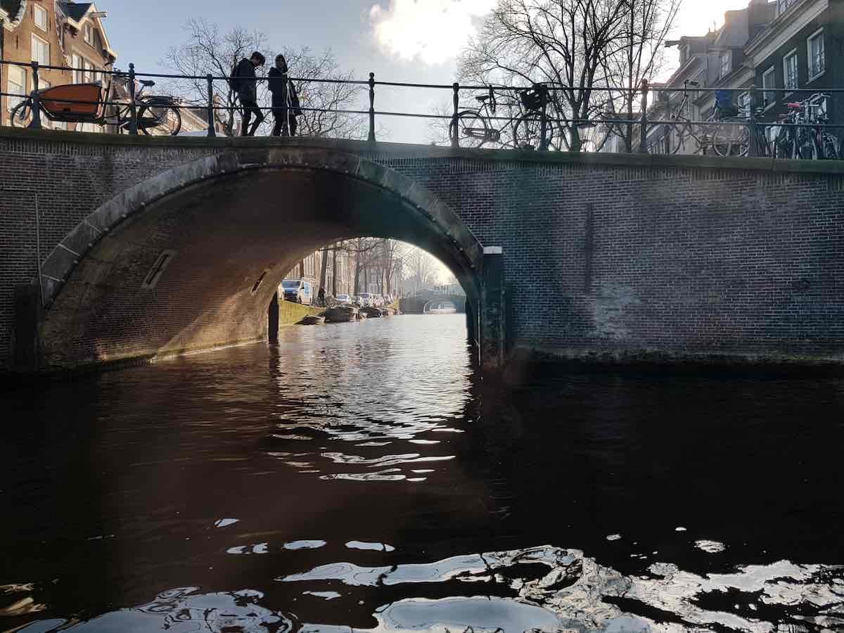 Blick unter die erste von sieben Brücken über die Reguliersgracht – Foto: Lena Ziehres