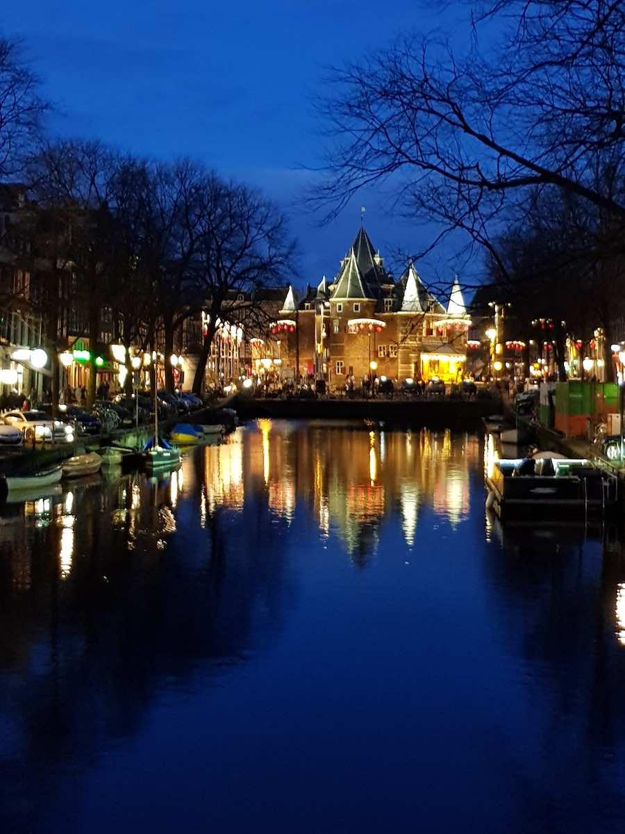 Das ehemalige Stadttor De Waag bei Nacht – Foto: Lena Ziehres