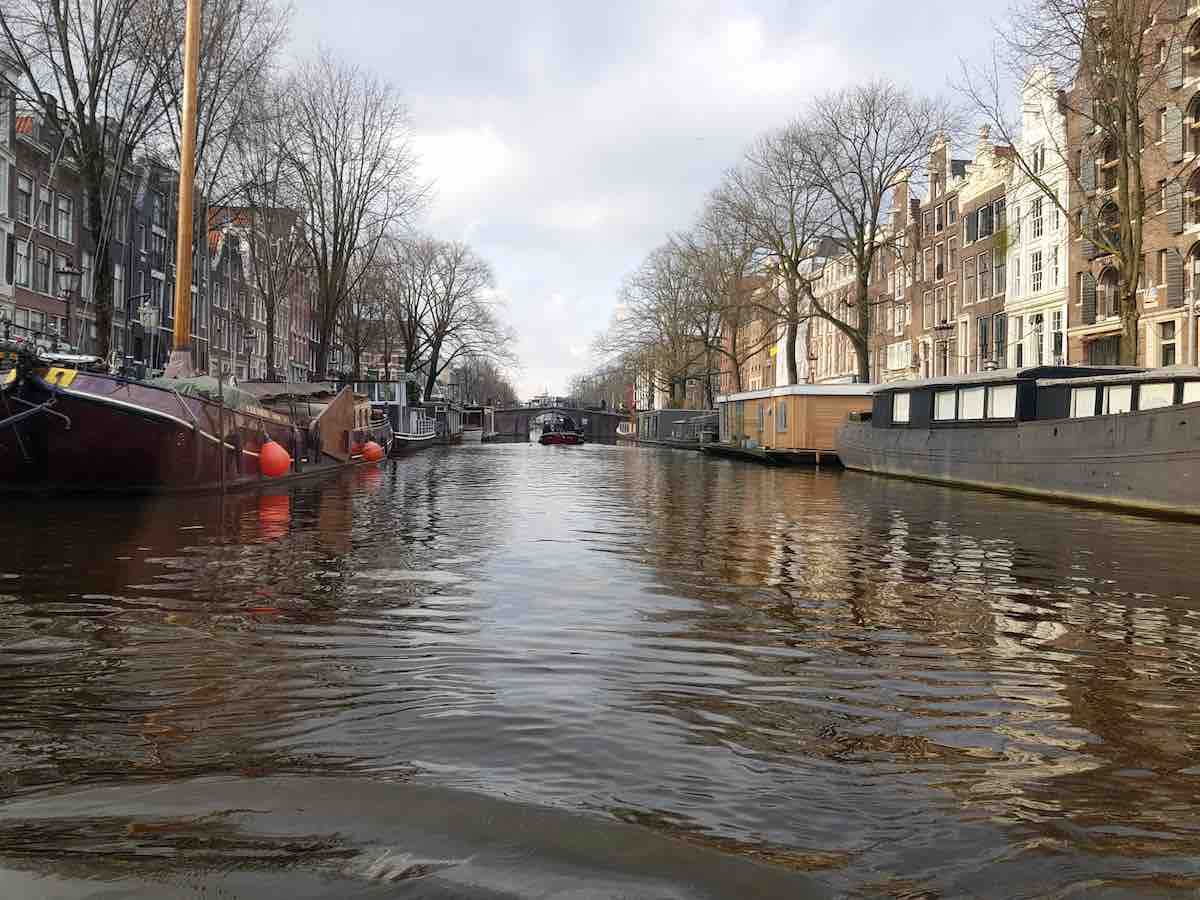 Amsterdam vom Wasser aus betrachtet – Foto: Lena Ziehres
