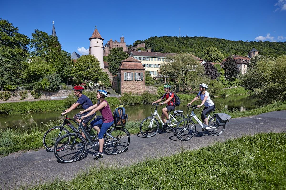 Radfahrer in Wertheim. Foto: Tourismusverband Liebliches Taubertal / Peter Frischmuth