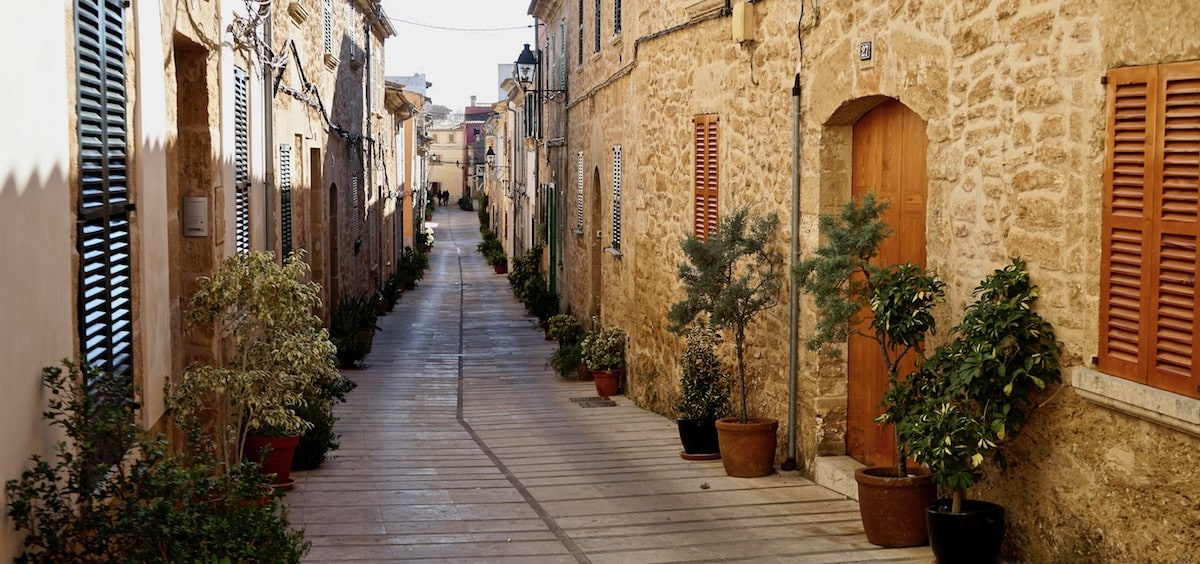 In den Gassen der Altstadt von Alcudia, Mallorca – Foto: Beate Ziehres