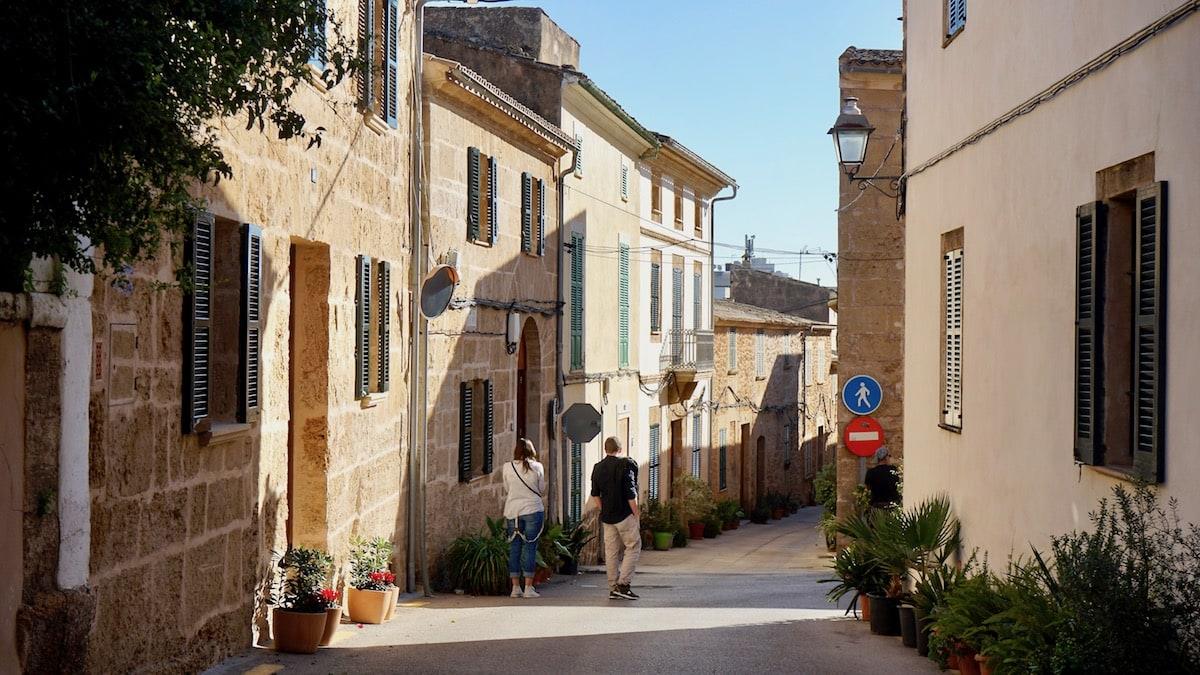 Alcudia, Mallorca: Ein Teil der Gassen in der Altstadt ist für Fußgänger reserviert – Foto: Beate Ziehres