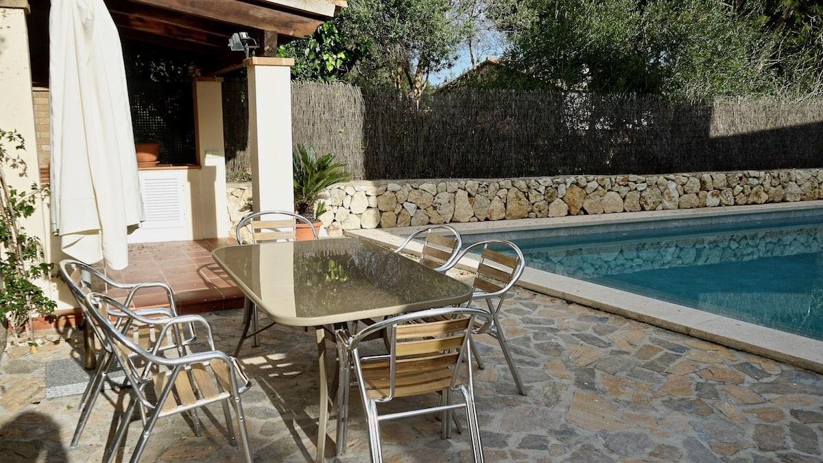 Alcudia, Mallorca: Koch- und Essmöglichkeit am Pool – Foto: Beate Ziehres