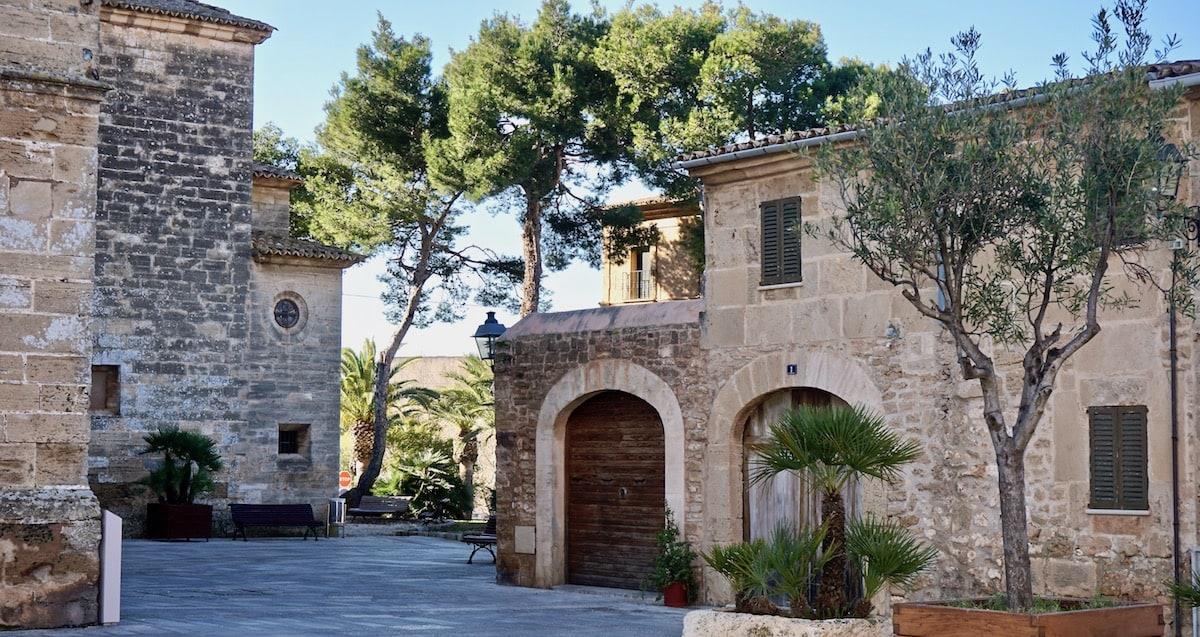 Kirchhof von Sant Jaume in der Altstadt von Alcúdia, Mallorca – Foto Beate Ziehres