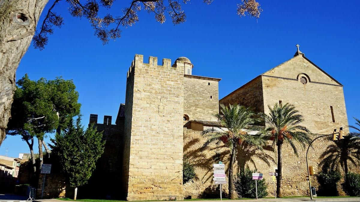 Sant Jaume in einer Lücke der Stadtmauer von Alcúdia – Foto: Beate Ziehres