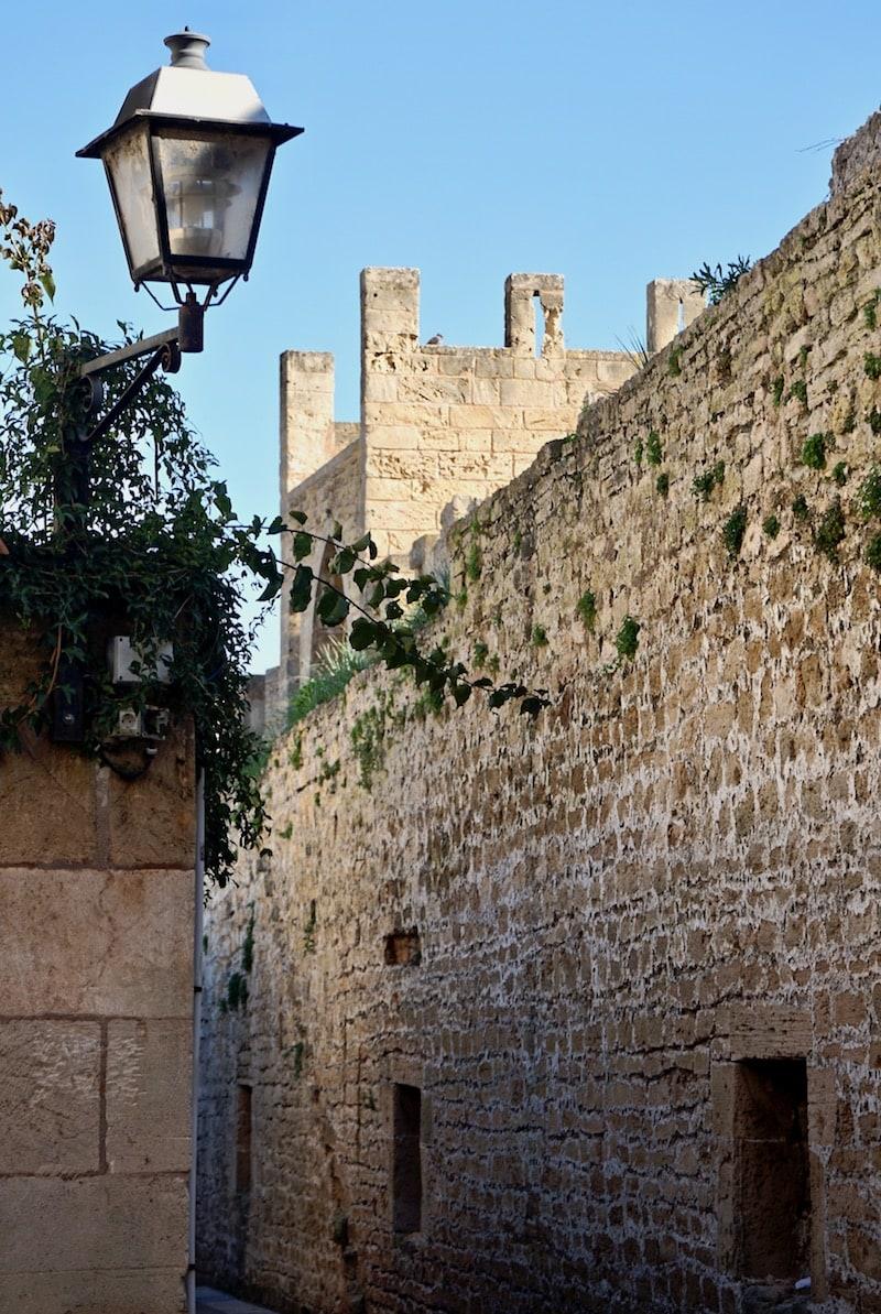 Die mittelalterliche Stadtmauer von Alcúdia, Mallorca – Foto. Beate Ziehres
