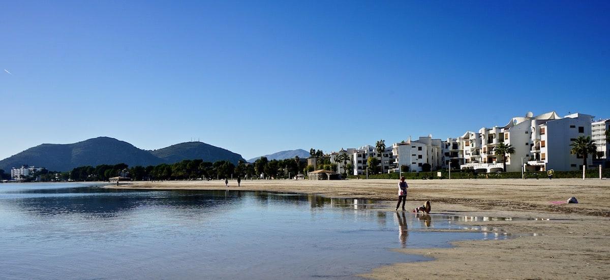 Am Strand von Alcúdia auf Mallorca – Foto: Beate Ziehres
