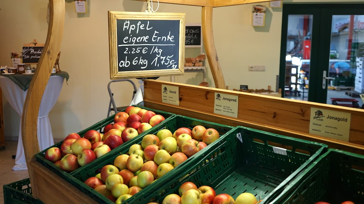 Altmark, Stendal: Im Hofladen Stallbaum vermarktet die Familie Äpfel aus eigener Ernte. Foto: Beate Ziehres