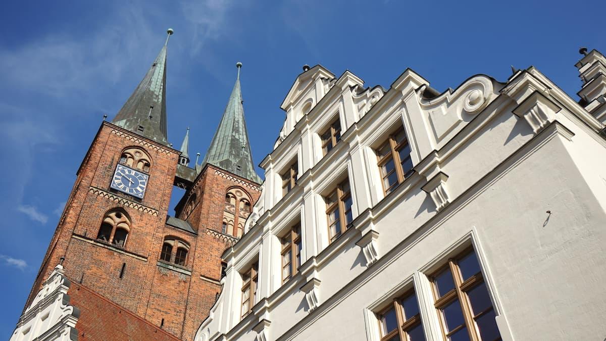 Altmark, Stendal: Giebel des Rathauses und die Türme der St. Marien Kirche. Foto: Beate Ziehres