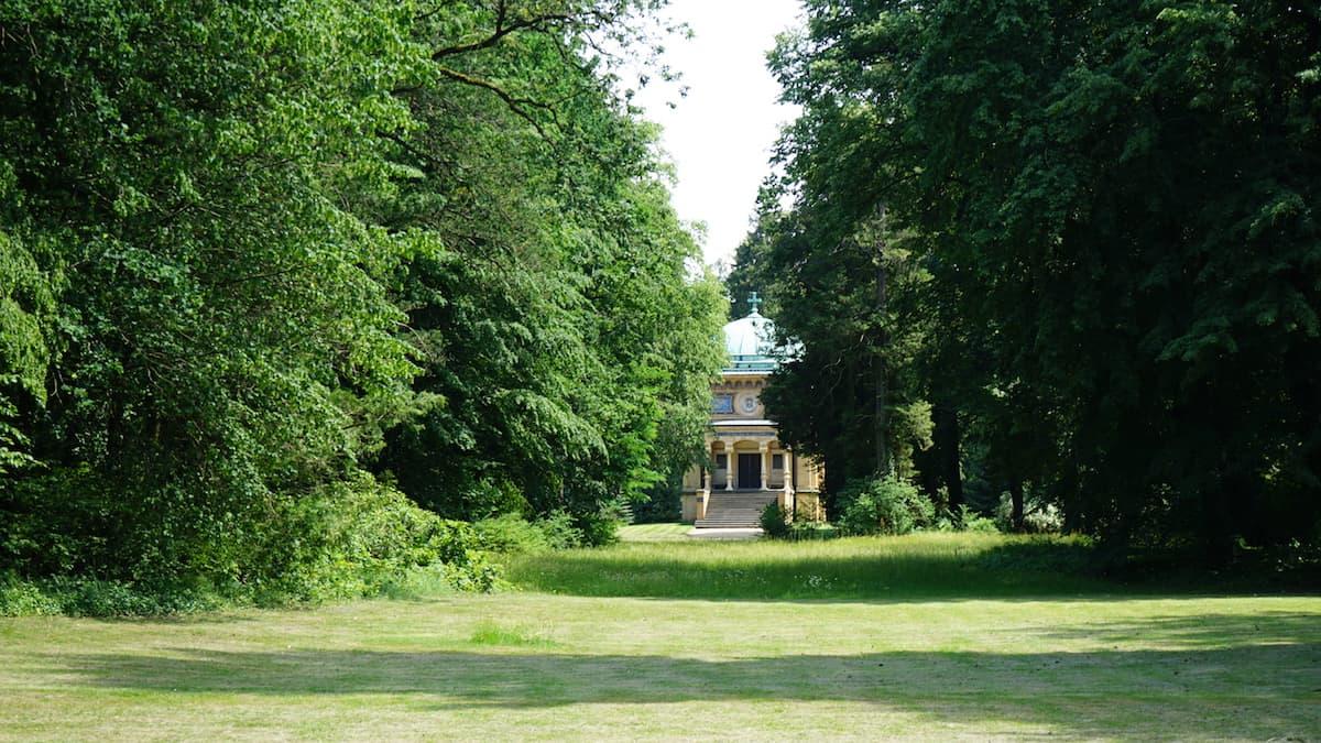 Altmark, Tangerhütte: Sichtachse zum Mausoleum im Stadtpark. Foto: Beate Ziehres