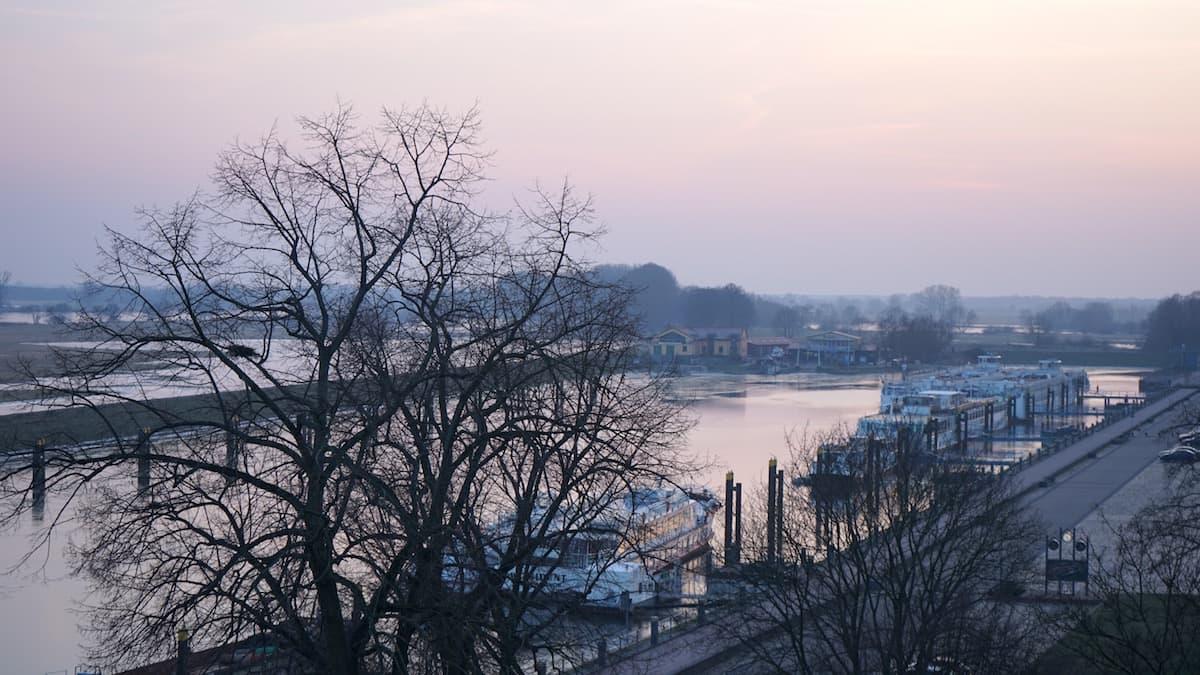 Altmark, Tangermünde: Winterlicher Blick von der Burg auf den Hafen und die Elbe. Foto: Beate Ziehres