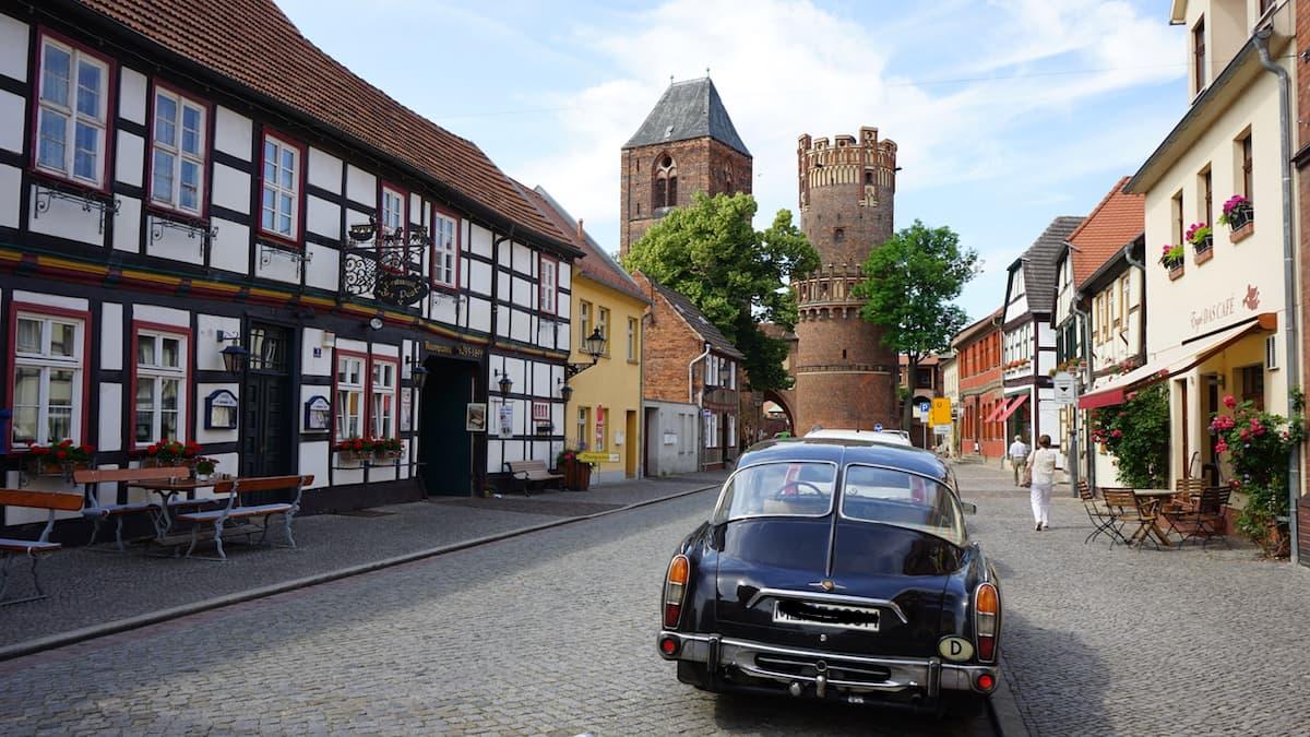 Altmark, Tangermünde: Auf der Langen Straße, im Hintergrund das Neustädter Tor. Foto: Beate Ziehres