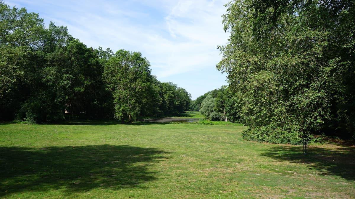 Altmark, Wittenmoor: Blick von der Terrasse des Gutshauses in den Park. Foto: Beate Ziehres