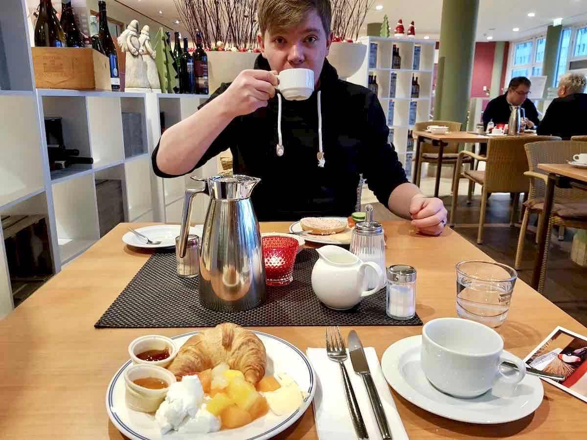 Schmeckt: das Frühstück im Restaurant Weinwirtschaft des Arcona Hotels Baltic Stralsund – Foto: Lena Ziehres