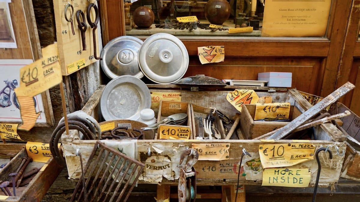 Schräg: Auslage eines Antiquitätenladens in Arezzo, Italien, Toskana – Foto: Beate Ziehres