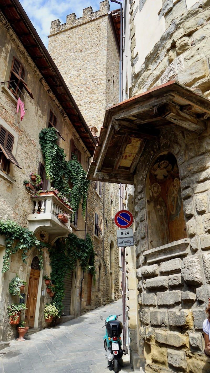 Krasse Sache in den Gassen Arezzos, Italien, Toskana: Dass hier abgeschleppt wird, scheint den Besitzer des Rollers nicht zu stören – Foto: Beate Ziehres