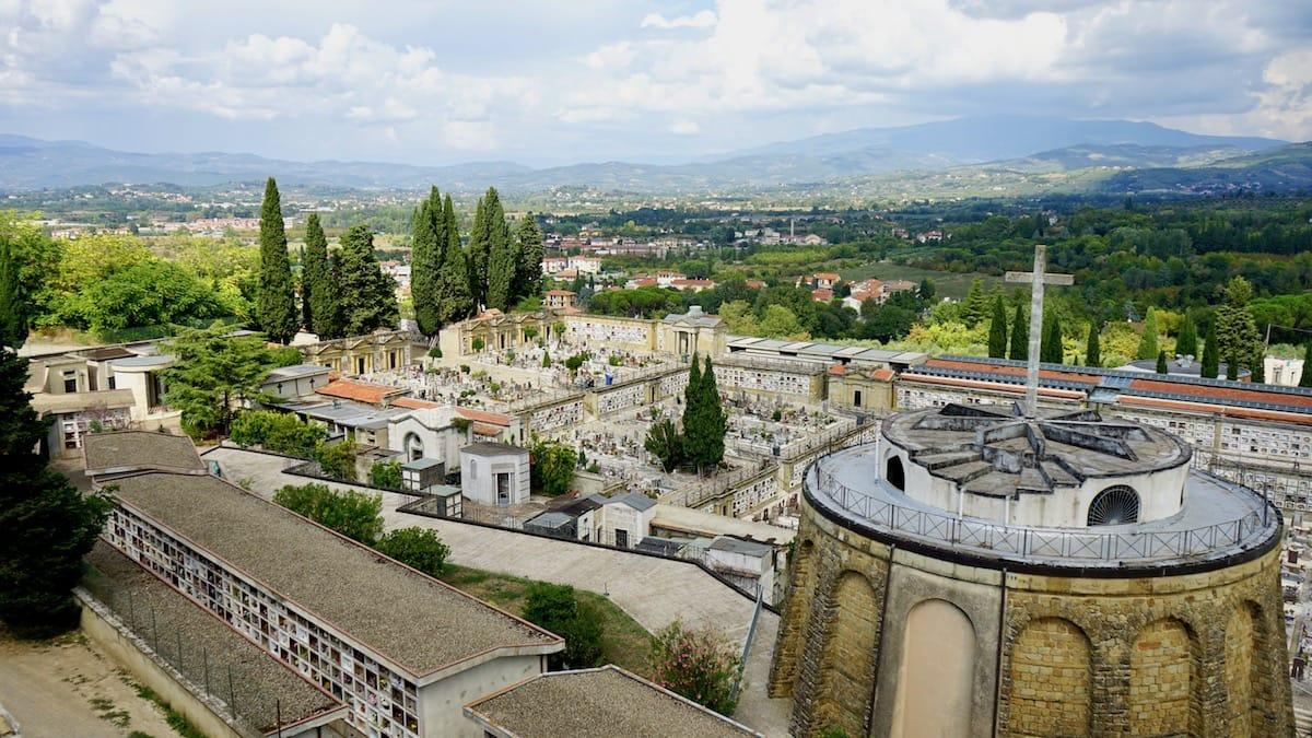 Arezzo, Italien: Toskanische Landschaft mit Friedhof – Foto: Beate Ziehres