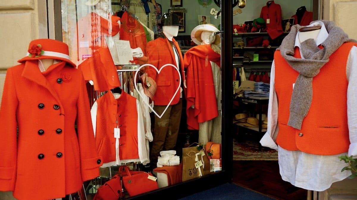 Arezzo, Italien, Toskana: Rot scheint im Herbst die angesagte Farbe für Kaschmir-Kleidung gewesen zu sein – Foto: Beate Ziehres
