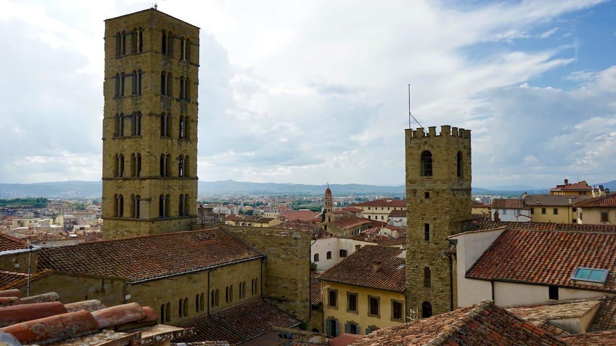 Toskana, Italien: Aussicht mit Gewitterwolken vom Dach des Palazzo della Fraternita dei Laici auf Arezzo und die Kirche Santa Maria della Pieve – Foto: Beate Ziehres