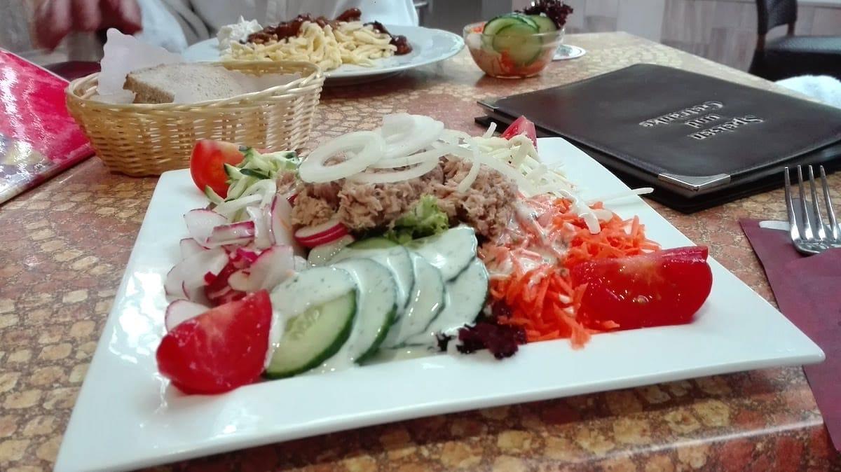 Bad Bellingen Therme: Das schmeckt: knackig-frischer Salat mit Thunfisch in der Fitbar der Balinea-Thermen