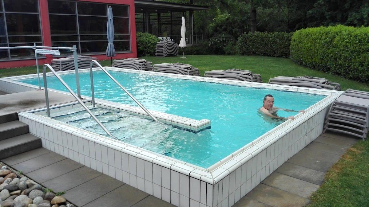 Großes Becken zum Abkühlen nach dem Saunagang im Park Bad Bellingen.