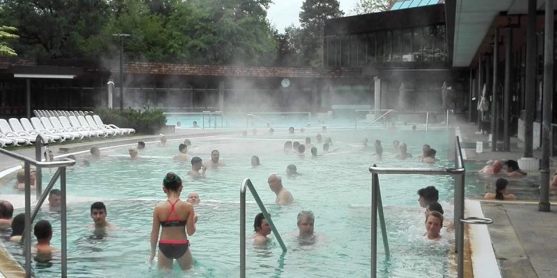 Bad Bellingen, Balinea-Thermen: Die weitläufige Beckenlandschaft unter freiem Himmel lädt ein, im Heilwasser zu entspannen.