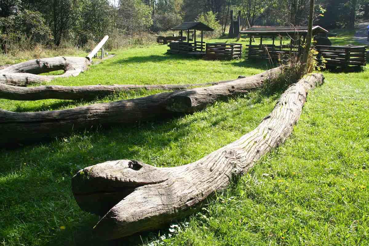 Spielplatz mit Holzschlangen auf der Luchstour bei Bad Harzburg – Foto: Beate Ziehres
