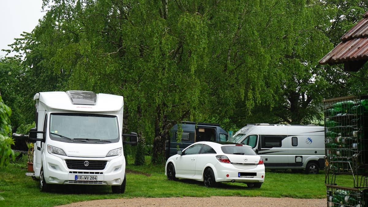 Blansingen, Wohnmobilstellplatz im Garten des Weinguts Claudia Straub. Foto: Beate Ziehres