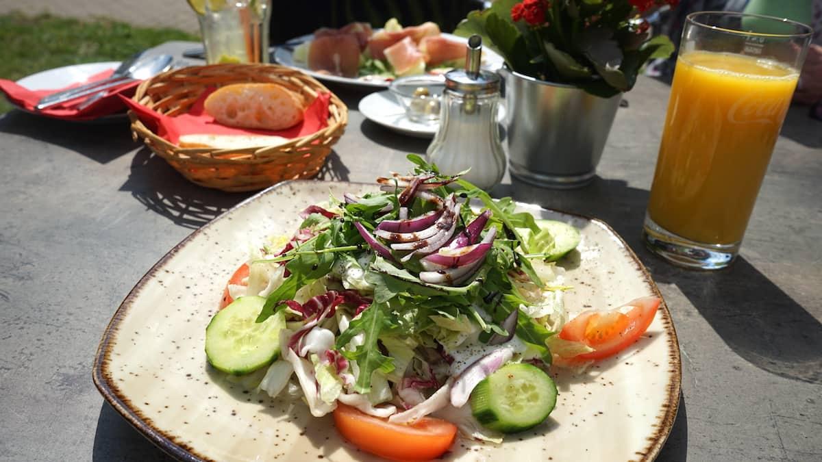 Salat am Wusterwitzer See. Foto: Beate Ziehres