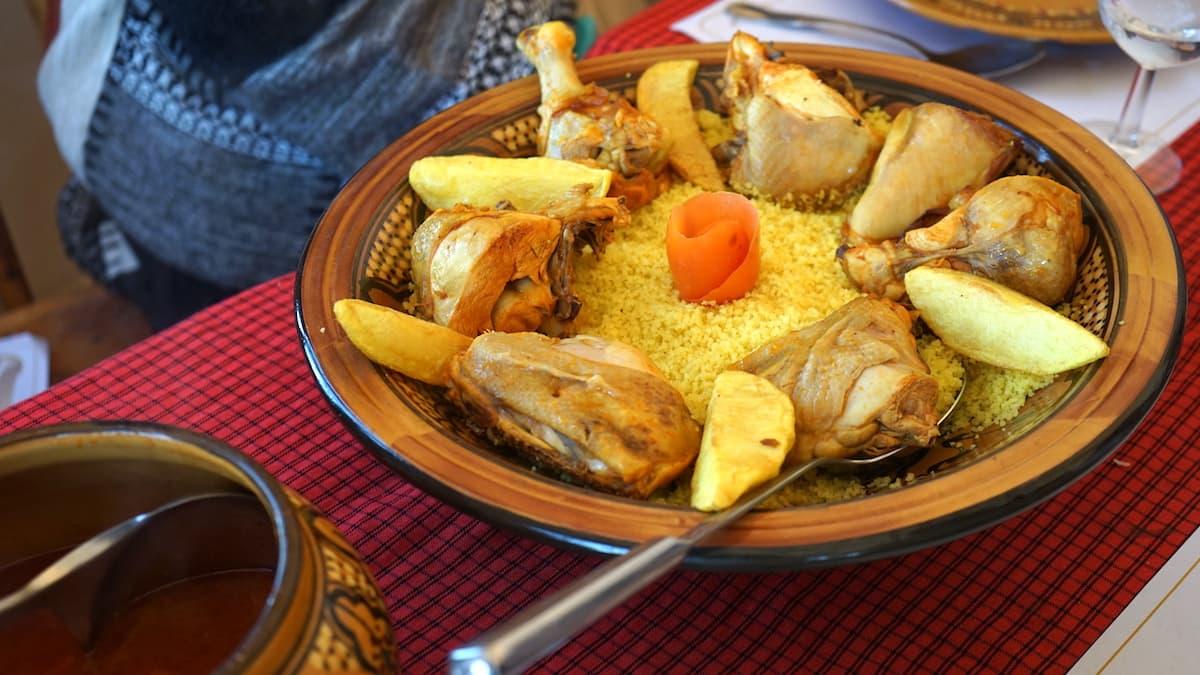 Essen in Tunesien: Couscous mit Hühnchen im Wüstencamp Zmela