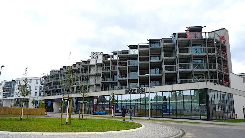 Ein Hotel aus aufgestapelten Containern: das Dock Inn in Warnemünde – Foto: Beate Ziehres