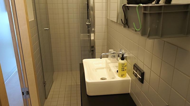 Blick zur bodengleichen, komfortablen Dusche im Doppelzimmer. Die Bäder der barrierefreien Suiten sind geräumiger. – Foto: Beate Ziehres