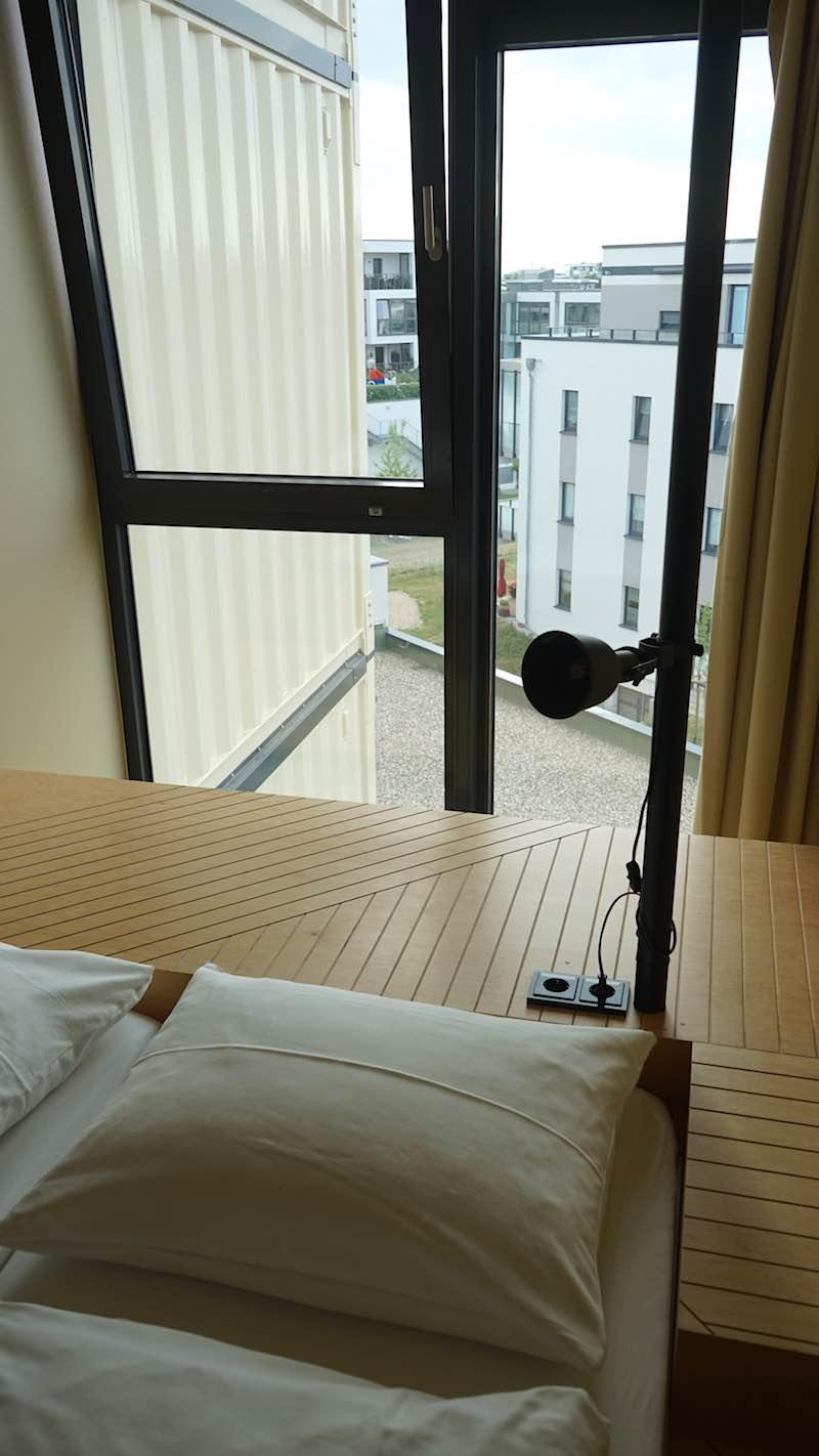Helle Zimmer durch große Fenster mit Verdunklungsmöglichkeiten – Foto: Beate Ziehres