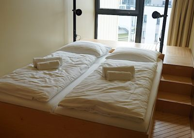 Das Bett im Doppelzimmer des Dock Inn in Warnemünde – Foto: Beate Ziehres