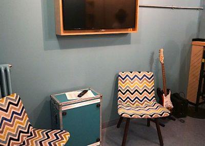 In allen Suiten warten E-Gitarre und Verstärker auf die Gäste. – Foto: Beate Ziehres