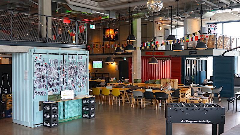 Die etwas andere Lobby: mit Tischfußball, Fotoautomat und Gästebilderwand – Foto: Beate Ziehres