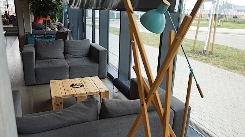 Gemütliche Sitzgelegenheiten mit Aussicht in der Lobby des Dock Inn in Warnemünde – Foto: Beate Ziehres
