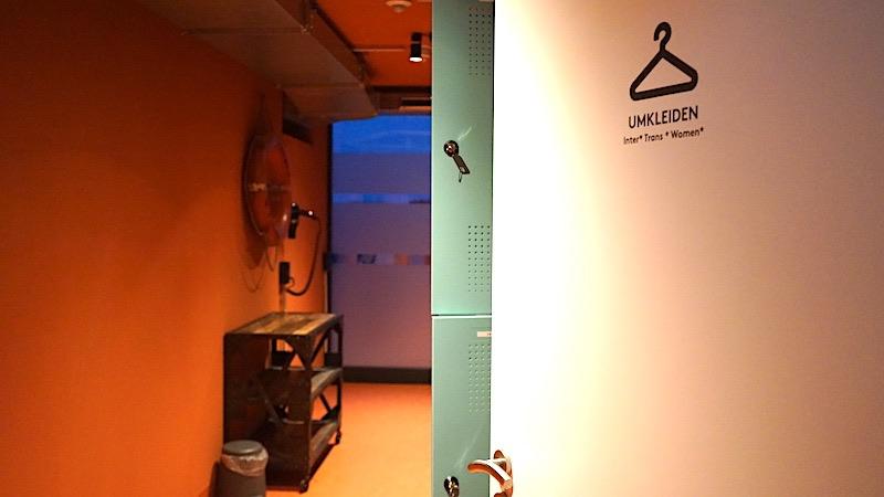 Gendergerechte Beschriftung, hier der Umkleideräume in der Sauna – Foto: Beate Ziehres