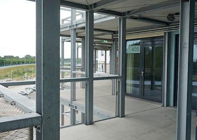 Alle gleich: die Eingänge zu den Zimmern über den Balkon – Foto: Beate Ziehres