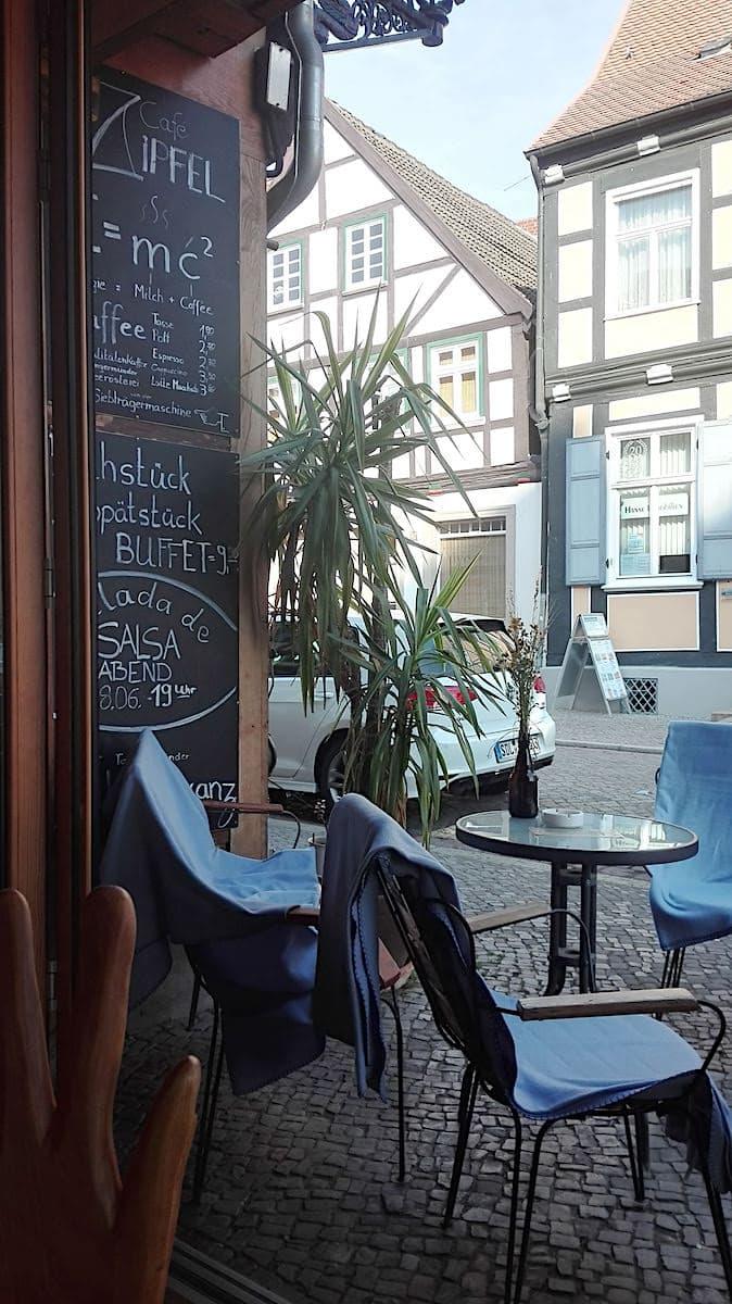 Café Zipfel, Tangermünde, Außensitzplätze. Foto: Beate Ziehres