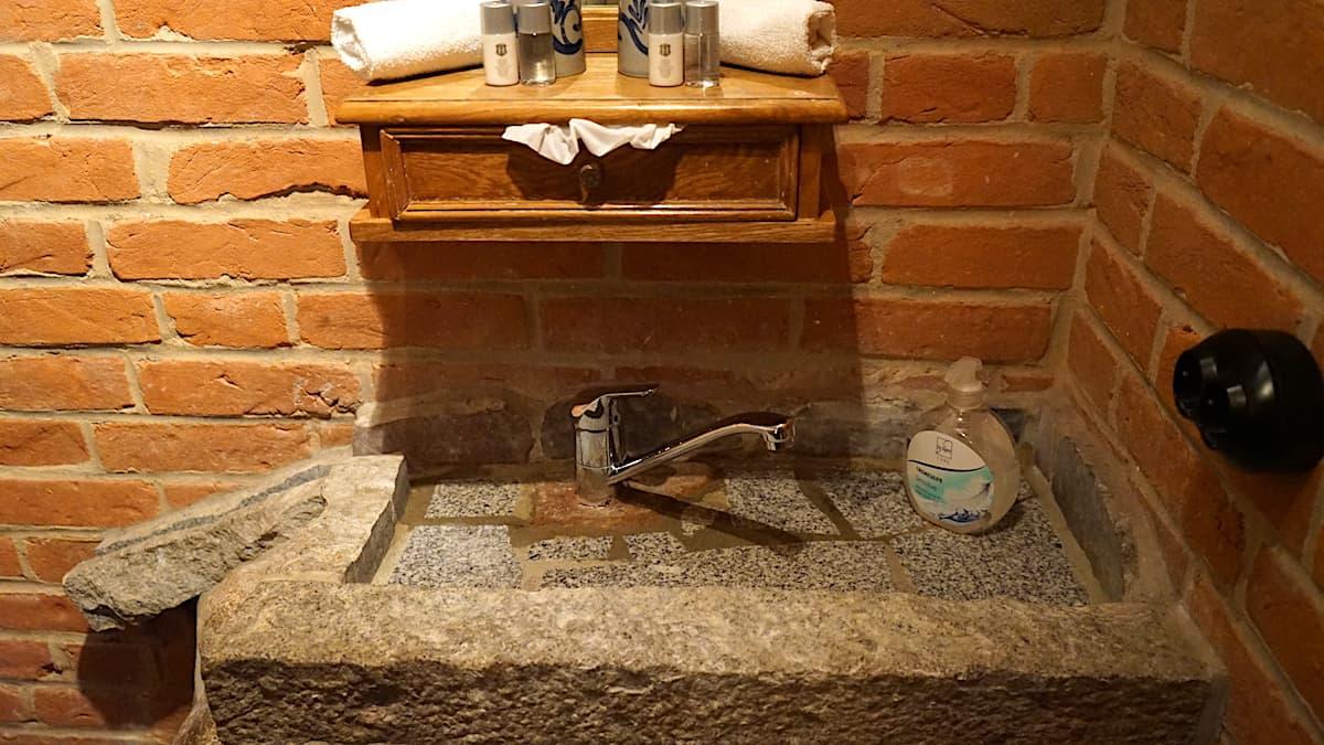 Waschbecken mit Ablaufrinne. Foto: Beate Ziehres