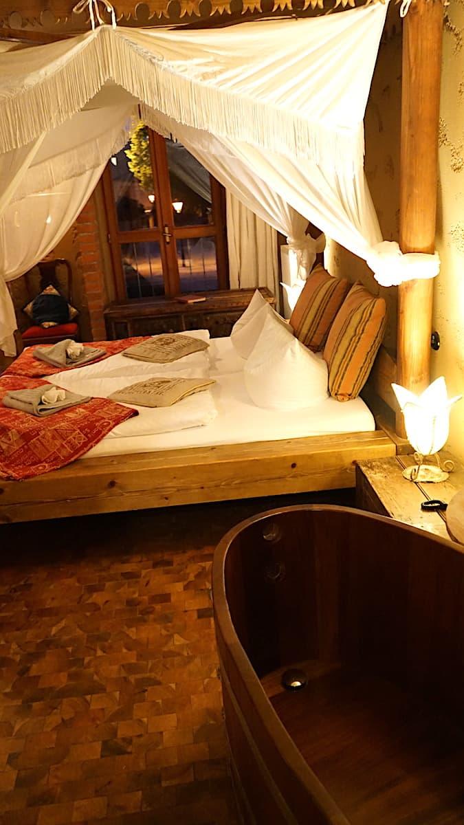 Blick vom Badezuber über das Bett bis auf den Platz vor dem Hotel. Foto: Beate Ziehres