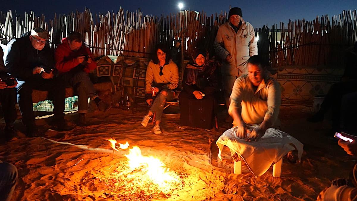 Essen in Tunesien: Sitzen am Feuer, während der Koch den Teigfladen formt.