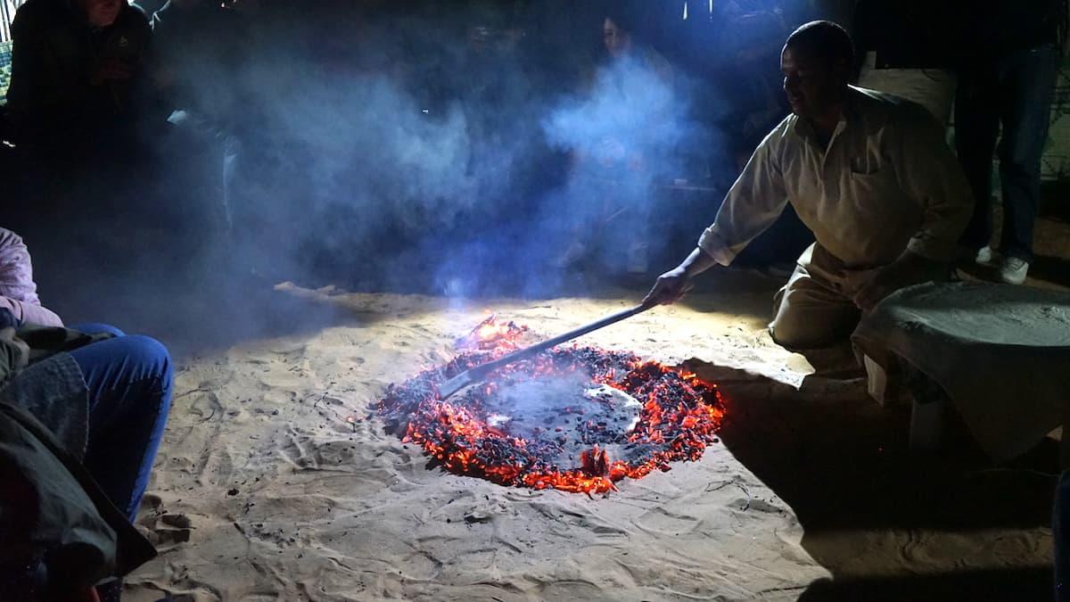 Essen in Tunesien: Das Brot backt im heißen Sand.