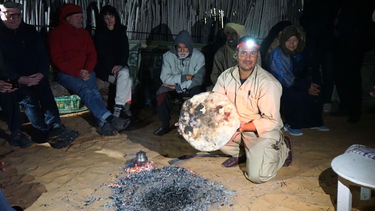 Essen in Tunesien: Das Fladenbrot ist fertig.