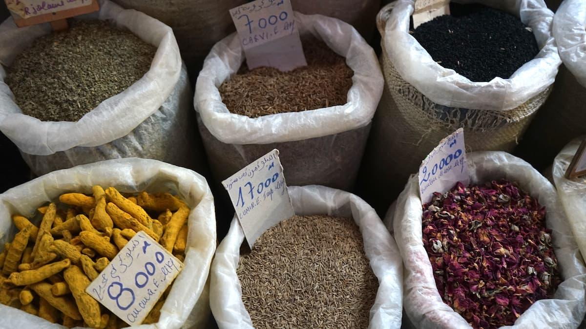 Essen in Tunesien: Gewürze auf dem Markt von Tunis
